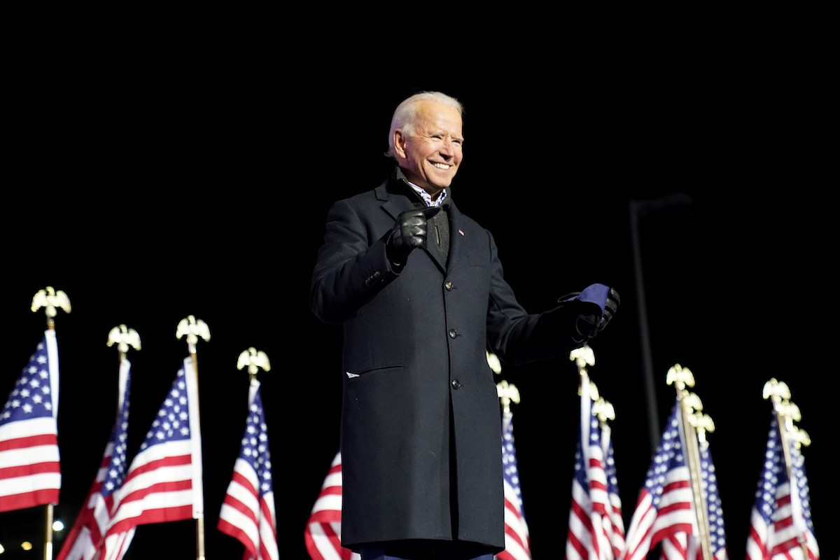 Joe Biden in front of American flags | Licas news